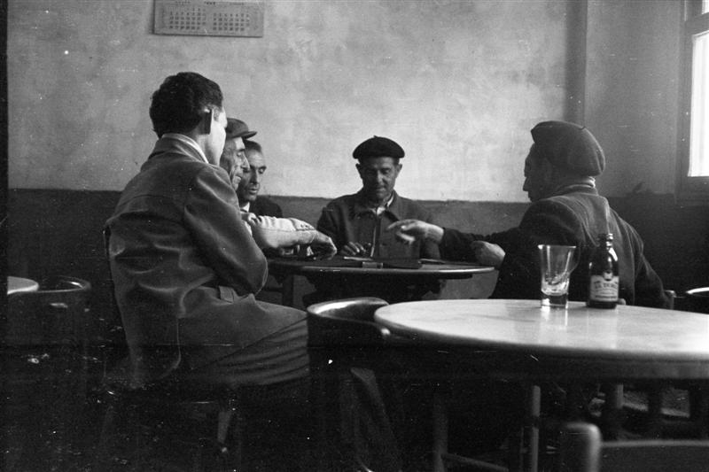 """Partida de dominó en el bar del """"Roch"""" . Año 1958 aproximadamente . Luz natural a 1/10 sg.-hoja-56-aa001-medium-2-.jpg"""