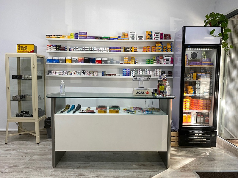 RevelaB Studio una nueva tienda con servicio de revelado en Barcelona-mostrador1.jpg