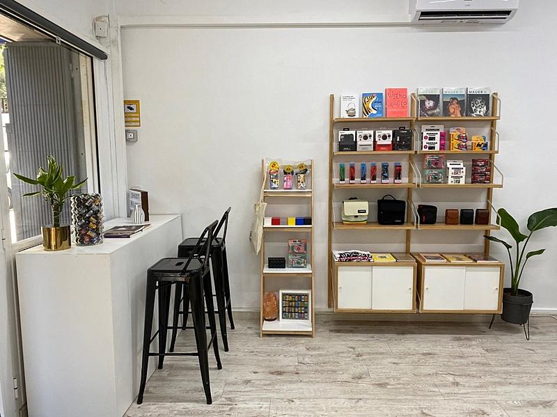 RevelaB Studio una nueva tienda con servicio de revelado en Barcelona-mostrador2.jpg