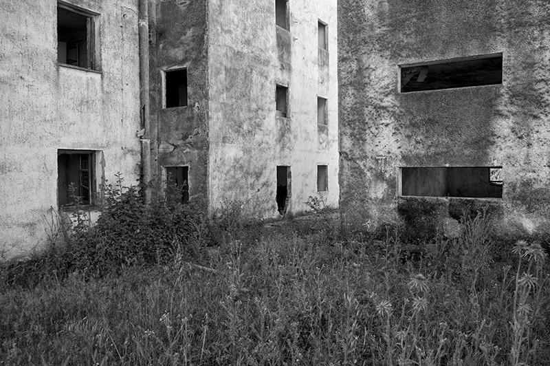 s1557 zpssg04zt0r 1 - Abandoned houses, photographs of silence.