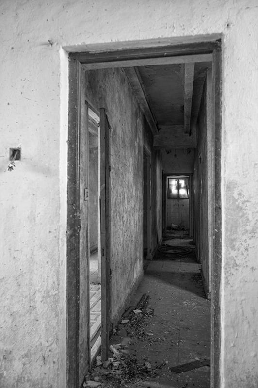 s1564 zpseupqusrr 1 - Abandoned houses, photographs of silence.