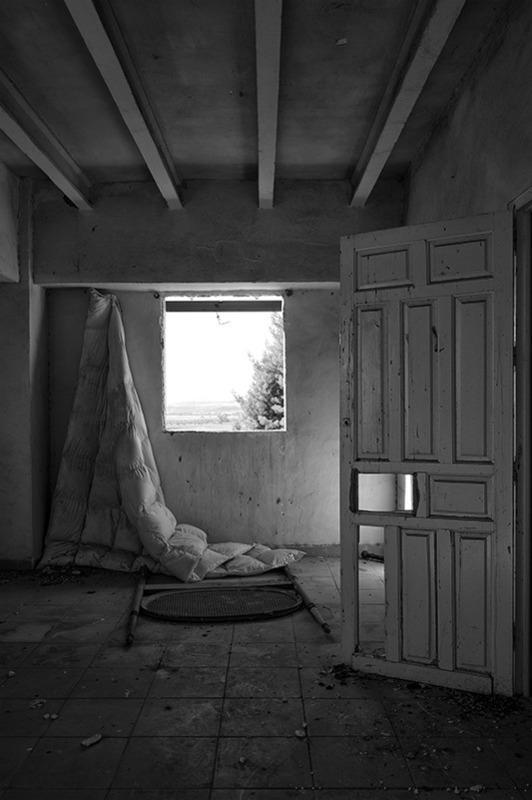 s1569 zpsxakjbgfe 1 - Abandoned houses, photographs of silence.