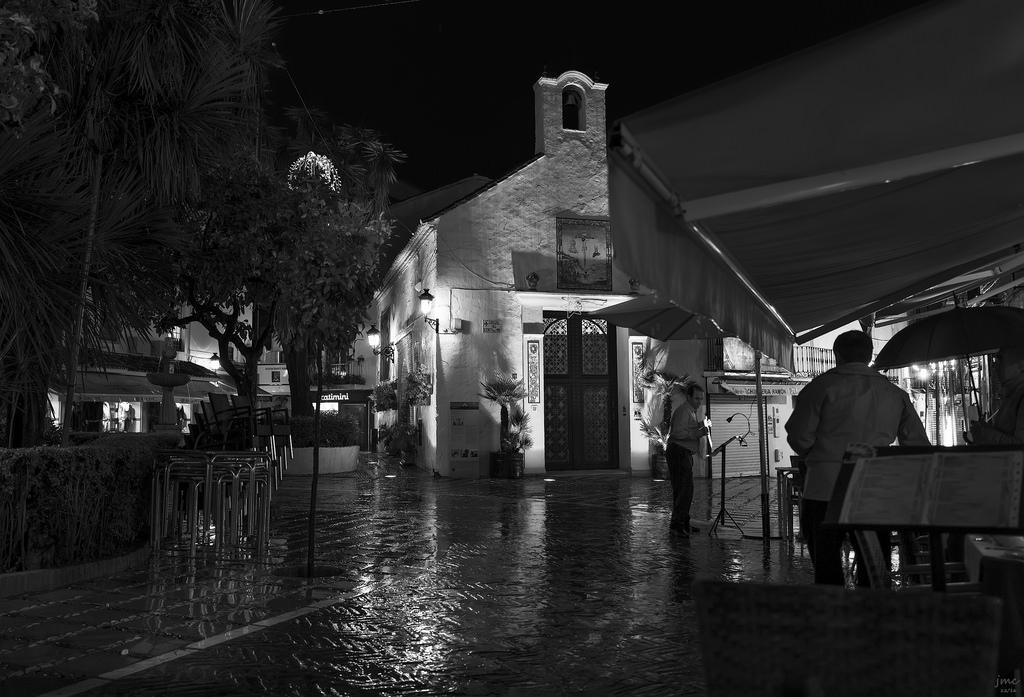 31861580526 c7f76a11fc b 1 - Callejeo nocturno y con lluvia